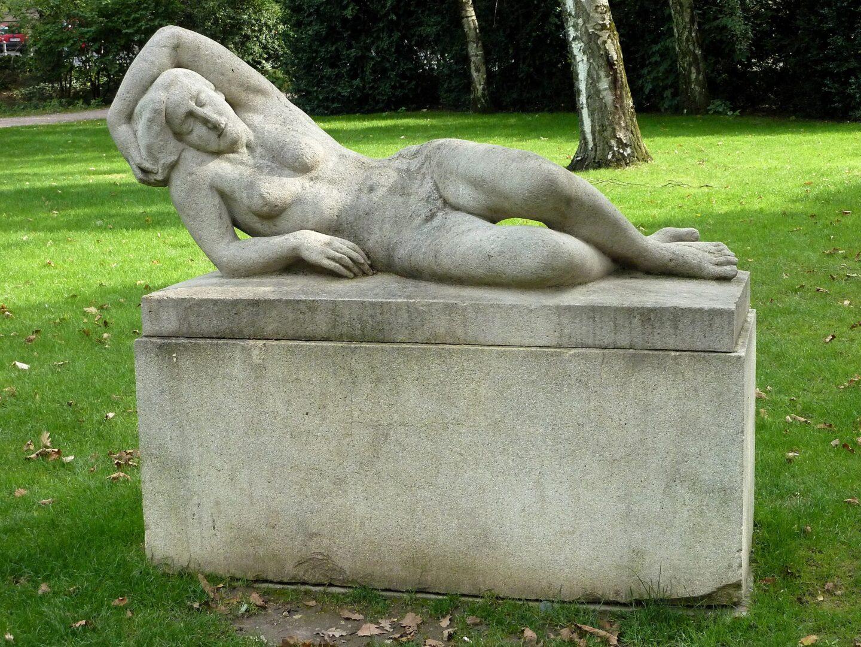 frankfurt Wallanlagen Skulptur Muschelkalkstein Rudolf kipp liegende